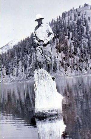 Рейнджър позира върху пъна през 30-те години на миналия век.