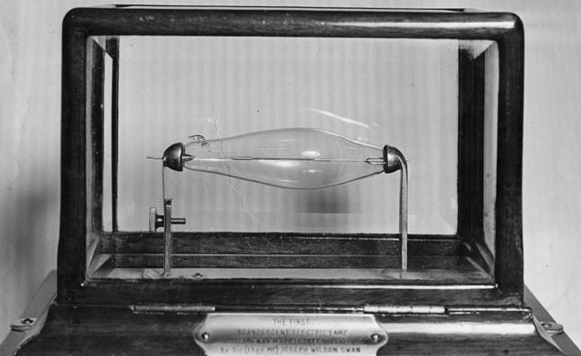 Около 1878 г., снимка на електрическата крушка на Джоузеф Суон.