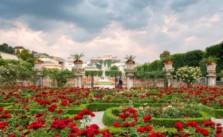 Градините Мирабел в Залцбург, Австрия. Тук ще откриете красиви скулптури, фонтани, цветни насаждения, каменни джуджета и мраморни митични същества. Незабравимите спомени са гарантирани.