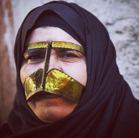 Повечето местни в провинция Хормозган носят облекло, различно от това в останалите ирански провинции, а най-впечатляващи са маските на жените